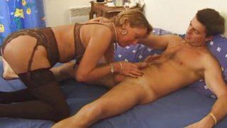 Une Française Mature s'empale sur la bite de son jeune amant